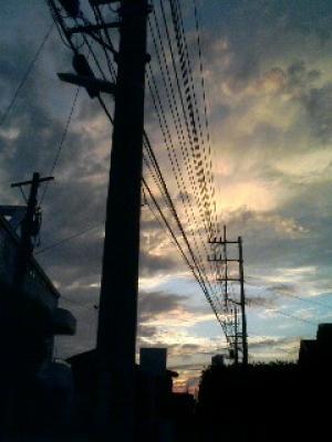 電線に縛られる空はそれでも遠い